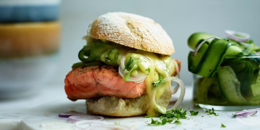 Zalmburger met komkommersalade en wasabimayonaise