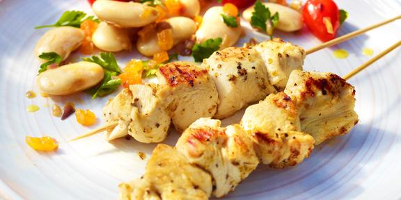 spiesjes van gemarineerde kip met witte bonensalade