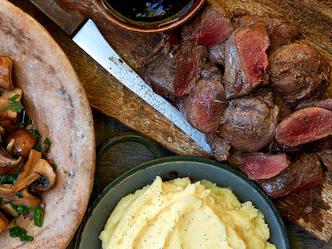 Gebakken bosduif met rode wijnsaus, gemengde boschampignons en knoflookpuree