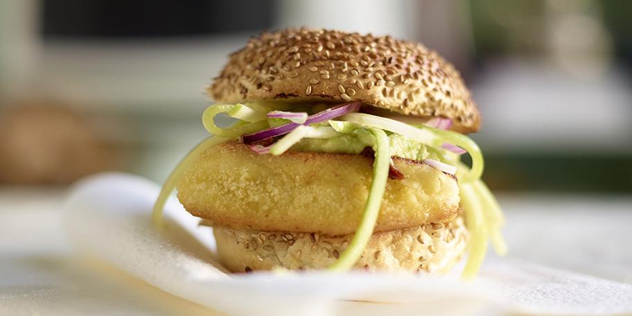 Fishburgers met guacamole en appelsalade