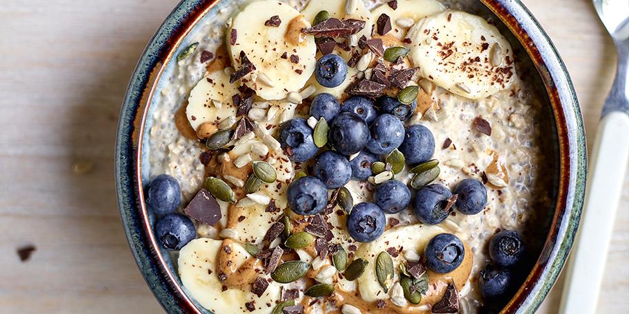 Overnight oats met chia, wortel- en rodebietensap met kurkuma
