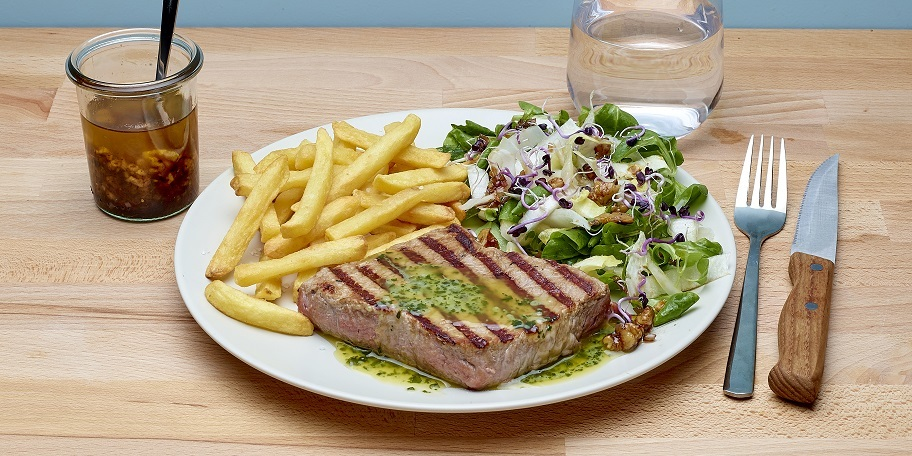 Steaks maître d'hôtel,friteset salade à la vinaigrette aux noix