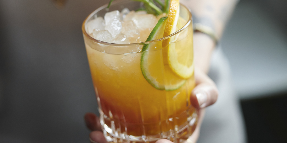 Mocktail met citrusvruchten, kurkuma en rozemarijngembersiroop