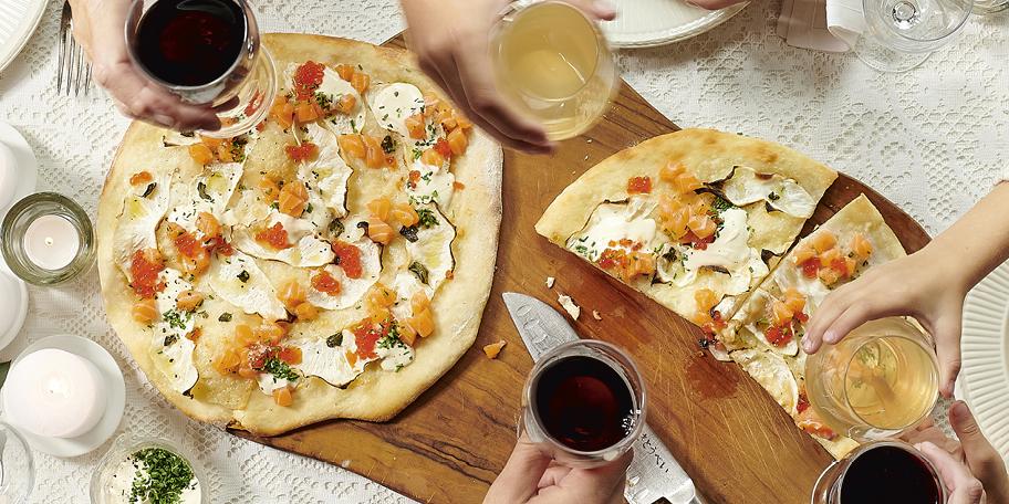 Witte pizza met drie soorten zalm