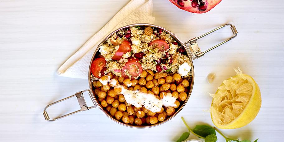 Slaatje van met quinoa en geroosterde kikkererwten