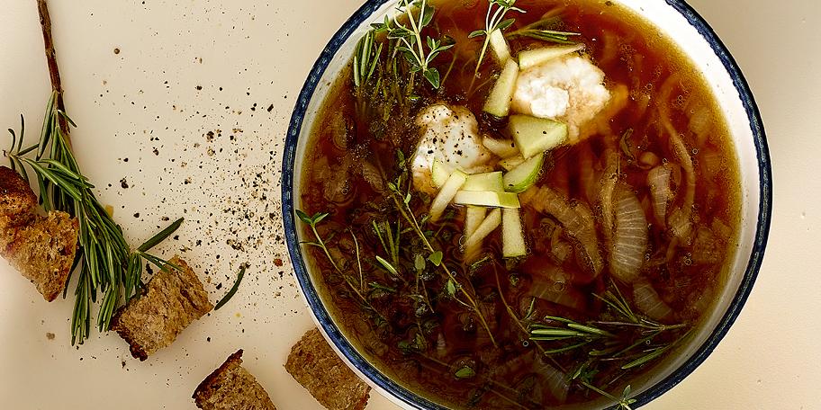 Soupe aux oignons caramélisés, pommes et chèvre frais