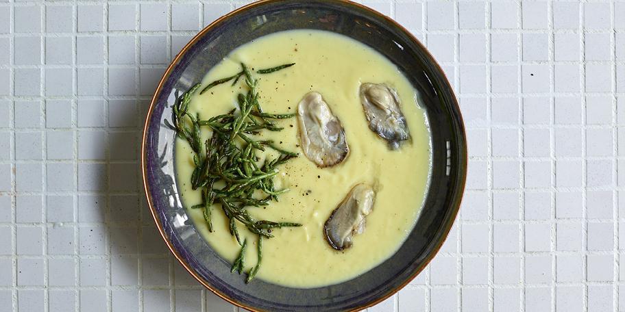 Soep van pastinaak met oesters en zeekraal