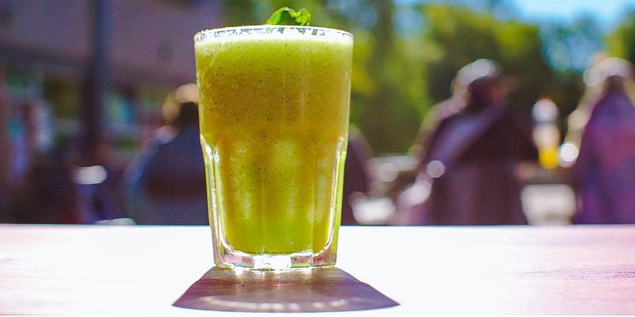 Breakfast shake: Smoothie met komkommer, citroen en munt