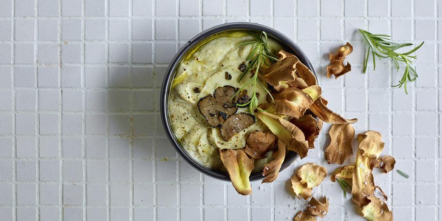 Chips de panais et dip de céleri-rave rôti à la truffe