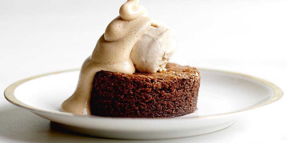 Gâteau au chocolat, glace au caramel et sabayon au café