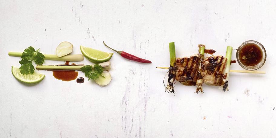 Varkensbrochettes met lente-uitjes en Thaise lak