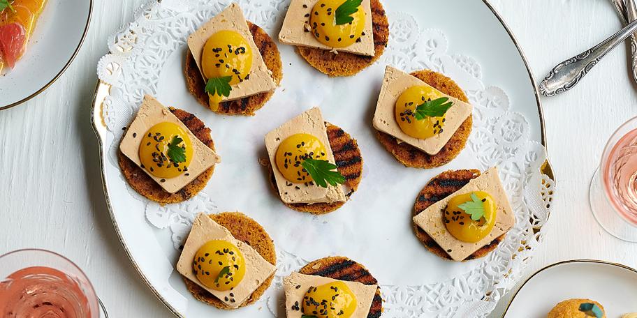 Toasts de pain d'épices au foie gras et à la mangue