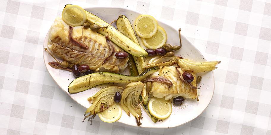 Dos de cabillaud aux légumes rôtis, anchois, câprons et olives