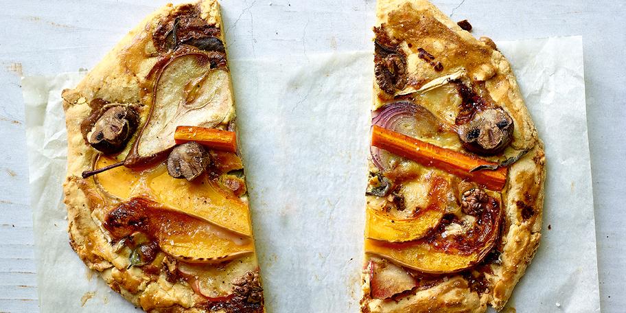 Rustieke brietaart met herfstgroenten en -vruchten